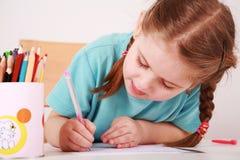 逗人喜爱的女孩少许绘画 免版税图库摄影