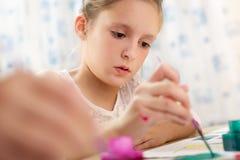 逗人喜爱的女孩少许绘画 免版税库存照片