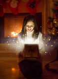 逗人喜爱的女孩开头箱子画象有圣诞节礼物的 光 库存照片