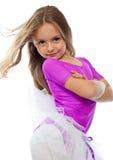 逗人喜爱的女孩摆在的一点 免版税库存照片