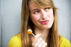 逗人喜爱的女孩棒棒糖 免版税图库摄影