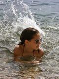 逗人喜爱的女孩海运飞溅 免版税库存图片