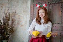 逗人喜爱的女孩演奏在系列的尤克里里琴 免版税图库摄影