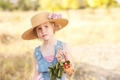 逗人喜爱的女孩用樱桃 免版税库存图片