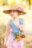 逗人喜爱的女孩用樱桃 免版税图库摄影