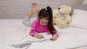 逗人喜爱的女孩画的图片,当说谎在床上时 影视素材