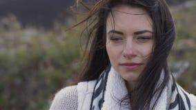 逗人喜爱的女孩画象有移动的头发的看在自然的照相机 股票录像