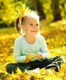 逗人喜爱的女孩留下一点公园使用 图库摄影