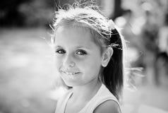 逗人喜爱的女孩的黑白画象 免版税库存图片