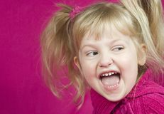 逗人喜爱的女孩笑的粉红色 免版税图库摄影