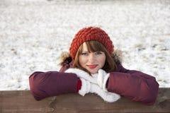 逗人喜爱的女孩纵向冬天 免版税库存图片