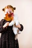 逗人喜爱的女孩纵向红头发人 免版税库存图片