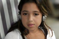 逗人喜爱的女孩耳机 免版税库存图片