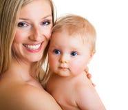 逗人喜爱的女孩藏品婴儿母亲 免版税图库摄影
