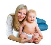 逗人喜爱的女孩藏品婴儿母亲 免版税库存照片