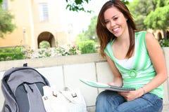 逗人喜爱的女孩读取学校 免版税库存照片
