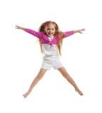 逗人喜爱的女孩跳一点 免版税库存照片