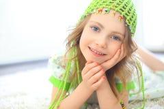 逗人喜爱的女孩绿色帽子 免版税库存图片
