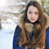 逗人喜爱的女孩画象在冬天公园 免版税库存图片