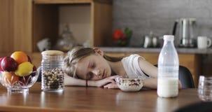 逗人喜爱的女小学生在厨房里睡觉 股票视频