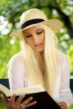 逗人喜爱的女性读取纵向  库存照片
