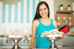 逗人喜爱的女性顾客在蛋糕商店 免版税库存图片