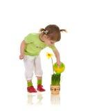 逗人喜爱的女花童浇灌的一点 免版税库存照片