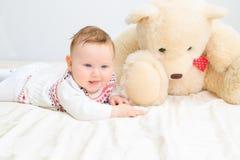 逗人喜爱的女婴和玩具熊 免版税库存照片