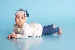 逗人喜爱的女婴在屋子里 免版税库存照片