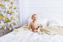 逗人喜爱的女婴坐床在卧室 免版税库存图片