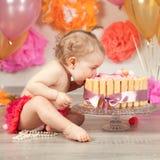 逗人喜爱的女婴庆祝生日一年 免版税库存图片