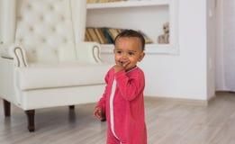 逗人喜爱的好奇婴孩在屋子里 库存照片