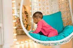 逗人喜爱的好奇婴孩在屋子里 免版税库存图片