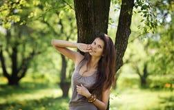 逗人喜爱的妇女休息在公园 免版税图库摄影