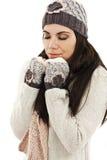 逗人喜爱的妇女包裹了温暖在冬天衣裳 库存图片