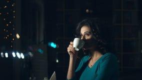 逗人喜爱的妇女咖啡馆的 影视素材