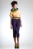 在典雅的减速火箭的衣裳打扮的逗人喜爱的妇女 免版税图库摄影
