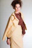 穿在灰色的逗人喜爱的妇女典雅的衣裳 图库摄影