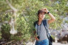 逗人喜爱的妇女旅客 免版税图库摄影