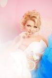 逗人喜爱的妇女看起来在甜内部的一个玩偶 年轻俏丽的s 免版税图库摄影