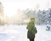 逗人喜爱的妇女美丽的画象在冬天森林里 库存照片
