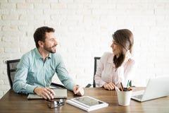 逗人喜爱的妇女谈话与她的工友 库存图片