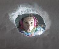 逗人喜爱的妇女驱动器使查找从一个多雪的车窗的后面惊奇 免版税库存照片