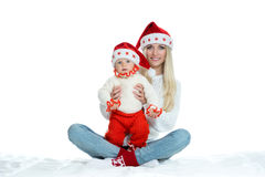 逗人喜爱的妈妈和婴孩圣诞老人帽子的 图库摄影