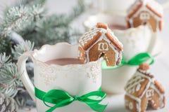逗人喜爱的姜饼村庄特写镜头用圣诞节的鲜美可可粉 免版税库存图片