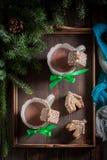 逗人喜爱的姜饼村庄用圣诞节的热巧克力 免版税库存照片