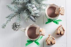 逗人喜爱的姜饼村庄用圣诞节的鲜美可可粉 免版税库存图片