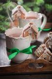 逗人喜爱的姜饼村庄用鲜美可可粉当圣诞节快餐 库存图片