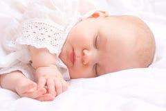 逗人喜爱的婴孩休眠的一点 免版税库存照片
