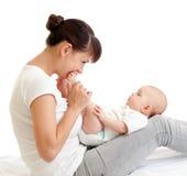 逗人喜爱的婴孩她的婴儿快乐的亲吻的母亲 库存图片